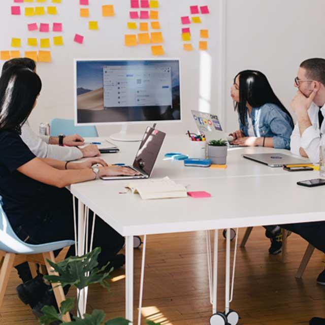 Zusammen wird an einem Online Marketing Konzept gearbeitet